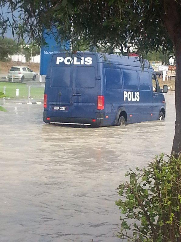 İşte su yükselince arızalanan polis minibüsü. Kıbrıs'ın en işlek yolunda, Lefkoşa'da mahsur kaldı..