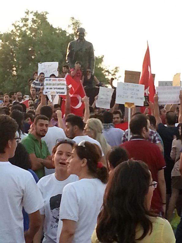 Kıbrıs'tan Gezi Parkı ile başlayan büyük halk hareketine dev destek. Binlerce Kıbrıslı, Gezi Parkı'na seslendi. Üzerlerinde bayraklar, ellerinde pankartlar